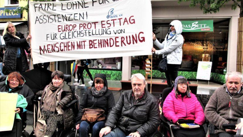 Europäischer Protesttag der behinderter Menschen: WüSL Aktivistinnen mit Protestplakaten