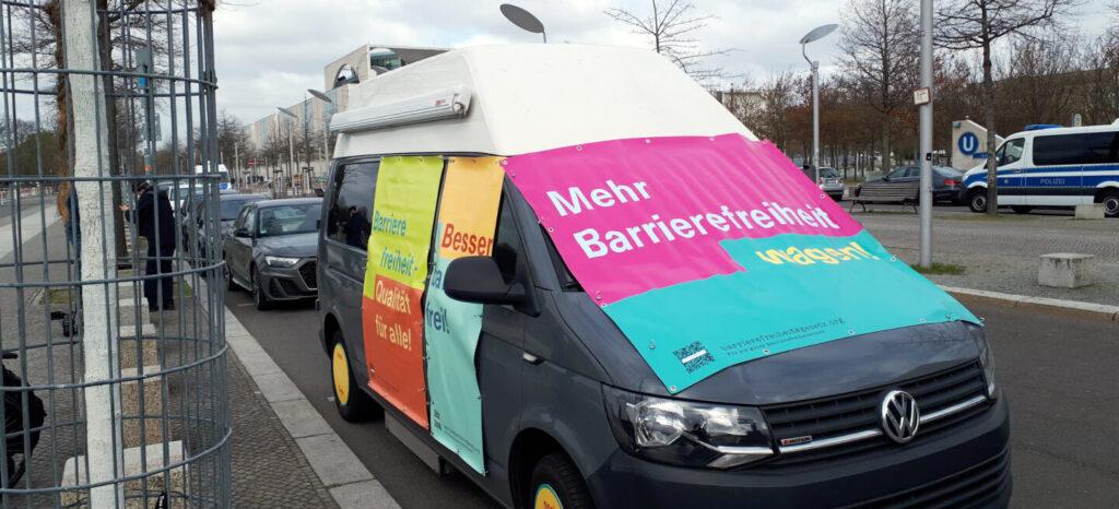 nur einTourbus für ein Barrierefreiheits-Gesetz. Foto: H.- Günter Heiden