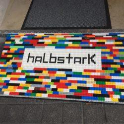 """Bensheim: breite durchgehende Legorampe mit Aufdruck """"halbstark"""""""
