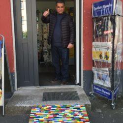 Hanau: Durchgehende Rampe an einer Stufe am Ladeneingang mit Inhaber, der den Daumen nach oben streckt