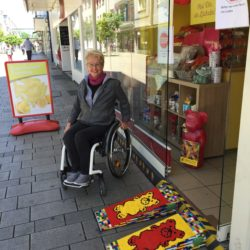 Hanau: Doppelspurige Legorampe an einem Ladeneingang mit Rita Ebel