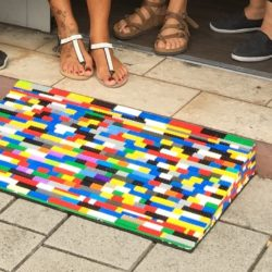 Hanau: Kurze durchgehende Legorampe und Menschenfüße