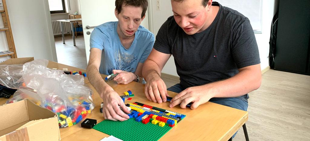 Frederik und Jens bei dem Bau unserer 1.Legorampe für Würzburg
