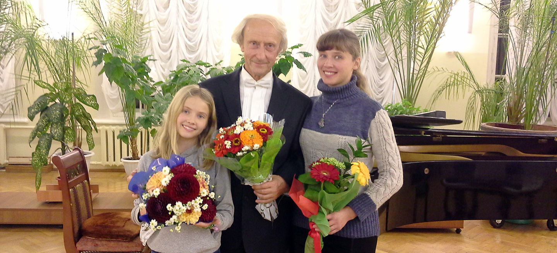 Pianist Vladimir Shaposhnikov mit Blumen und zwei Mädchen