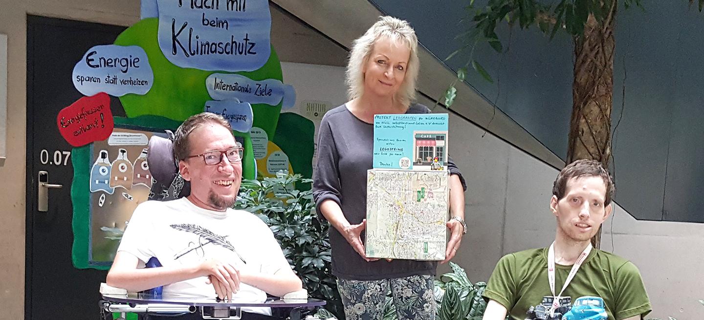 Übergabe Spendenbox bei Umweltstation der Stadt Würzburg