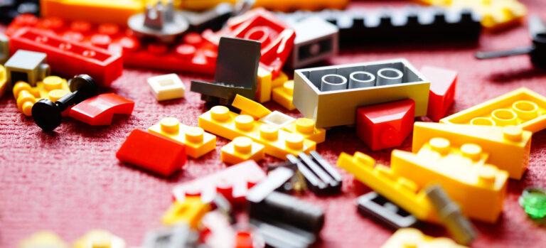 Foto: verschieedene Legosteine auf einem Tisch